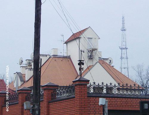 Над домом возвышается шахта лифта