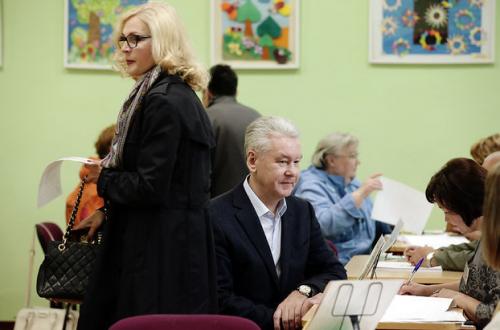 Кандидат на пост мэра Москвы Сергей Собянин с супругой Ириной во время регистрации для голосования на одном из избирательных участков города. Фото: Денис Вышинский/ИТАР-ТАСС
