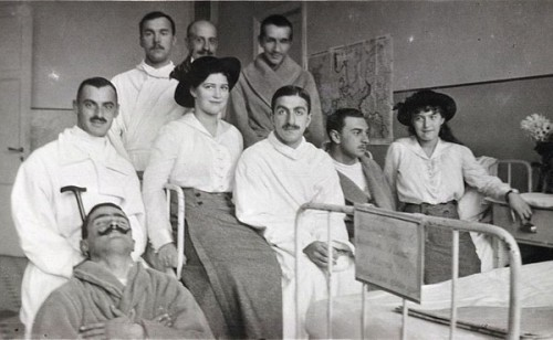 Мария и Анастасия в госпитале в Царском Селе. Фото: Romanov family
