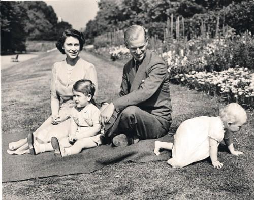 Август 1951 года: у тогда еще принцессы Елизаветы и Филиппа подрастают сын Чарльз и дочка Анна, а британским спецслужбам еще только предстоит узнать, какие непотребства творятся в тайном «Четверг-клубе» с участием Филиппа... Фото: globallookpress.com
