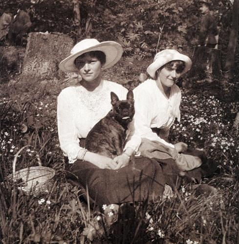Татьяна и Анастасия с собачкой Ортино. Царскосельский парк, весна 1917 года. Фото: Romanov family album/Pierre Gilliard