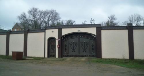 На фото: так выглядят ворота усадьбы Князя, приютившего Януковича в донском Крыму