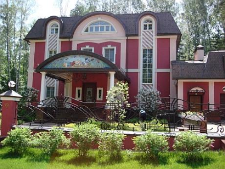 В поселке построены элитные особняки, в которых поселились различные влиятельные люди