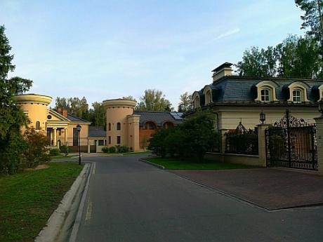 Стоимость домов тут доходит до 100 миллионов у.е.