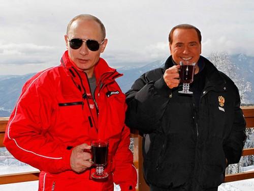 На просьбу корреспондентов прояснить свою позицию и отказ от критики российских властей экс-премьер напомнил, что является давним другом президента Путина, они несколько раз проводили вместе выходные. Фото Reuters