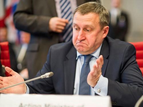 Ранее в распевании той же матерной частушки был замечен украинский политик Андрей Дещица, после чего он со скандалом лишился своего поста главы МИД Украины Global Look Press