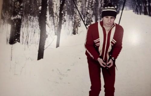 В образе советского лыжника