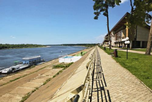 «Молочные реки, бетонные берега». Трудно представить себе загородный отель в Европе, владельцы которого не попытались бы найти более «живописное» решение береговой линии, чем отель с европейскими ценами «Чайка».