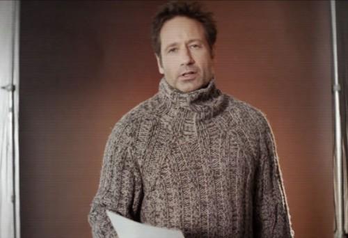 Актер примерил классический советский шерстяной свитер с начесом