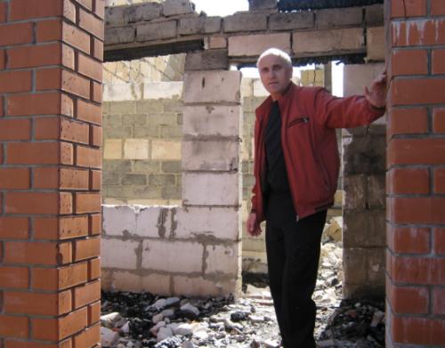 Андрей Осмачкин на месте своего сгоревшего коттеджа Фото из архива