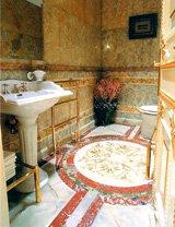 Эта ванная комната,    по минимальным прикидкам,    обошлась хозяину в четверть    миллиона евро