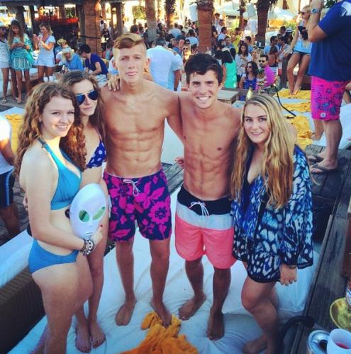 Пока младшие братья и сестры резвились на веранде с домашними питомцами, старшие Аня и Софья отправились в мекку тусовок Сен-Тропе — пляж Nikki Beach