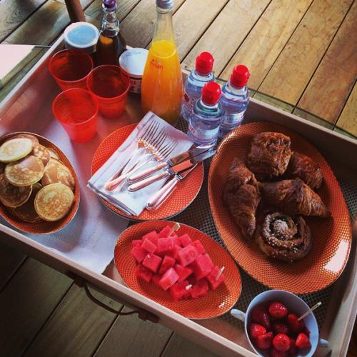 За огромным столом, ломящимся от свежих фруктов и разных видов выпечки, дети начинали каждый день вместе