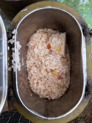 Вот ужин рис с двумя кусками тушенки чай банка горошка и пачка конфет