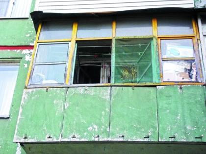 Каролина Крылова живет в этой тульской хрущевке, балкон дочери певца, как и сама квартира, завален хламом