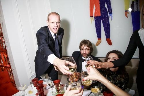 Пока Алиса Хазанова неустанно поддерживала светские беседы и поднимала бокалы с шампанским, Дмитрий Шохин держался в тени своей возлюбленной и отмечал одобрительной улыбкой ее талант держаться в обществе