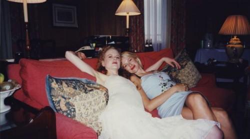Актрисы Николь Кидман и Наоми Уоттс отдыхают на диване