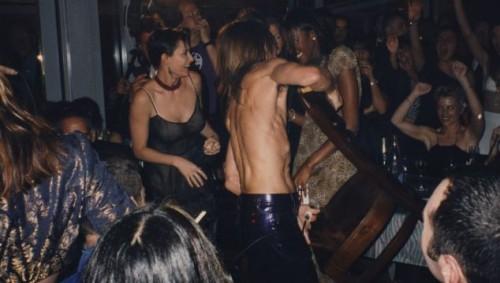 Деми Мур и Игги Поп ломают стулья на вечеринке