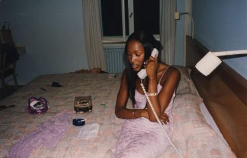 Наоми Кэмпбелл в номере дешевой гостиницы