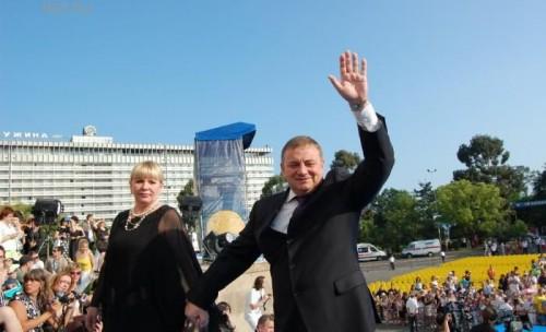 Мэр Сочи Анатолий Пахомов с супругой на дорожке «Кинотавра»