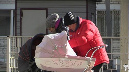 Пока Елена Исинбаева давала интервью местным каналам и с улыбкой позировала фотографам на открытии спортивной школы, малышкой Евой занималась бабушка