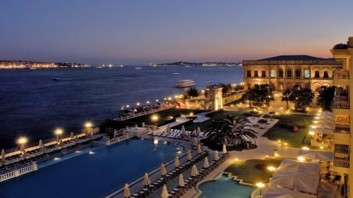 К слову, 5-ти звездочный Ciragan Palace в Стамбуле давно стал любимой резиденцией Романа Абрамовича. Несколько лет назад бизнесмен в течение месяца жил в роскошном люксе, украшенном позолоченной лепниной и персидскими коврами
