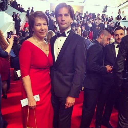 Борис с матерью Татьяной Юмашевой у знаменитой лестницы каннского Дворца фестивалей