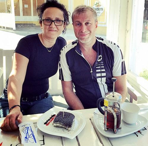 Прямо в спортивной экипировке Роман Абрамович отведал традиционных турецких сладостей и выпил чай и айран с базиликом в одном из местных кафе