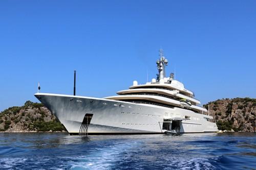 165-метровая и 104-метровая белоснежные игрушки владельца клуба «Челси» — яхты Eclipse и Le Grand Bleu — рассекали морские волны возле Бодрума и Мармариса