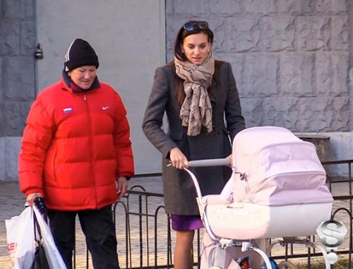 Елена Исинбаева на прогулке с дочерью Евой и мамой Натальей Петровной