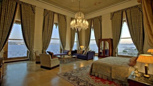 За свою прихоть Роман Абрамович не поскупился отдать миллион долларов. Искушенный различными выходками знаменитых гостей персонал отеля был крайне удивлен столь долгосрочным проживанием российского миллардера в экс-дворце султана Абдул-Хамида II