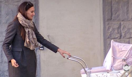 Счастливая мама и жена, с лица которой не пропадала радостная улыбка, несколько минут не отходила от дочери, трогательно убаюкивая ее в коляске