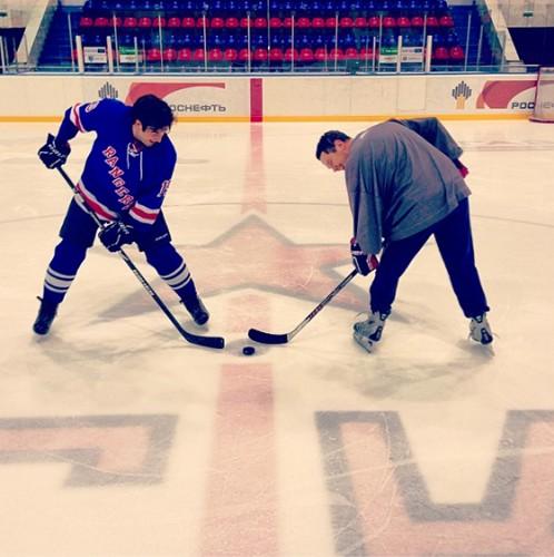 Борис Ельцин младший во время хоккейной тренировки
