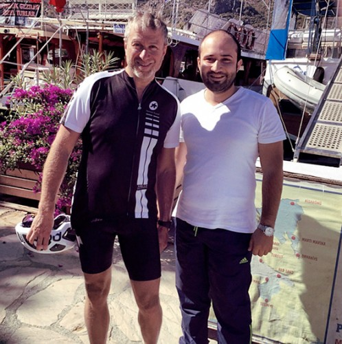 В один из дней Роман Абрамович посетил район Селимийе, где устроил себе небольшой велотур по живописным горным местам в сопровождении четверых подкаченных бодигардов
