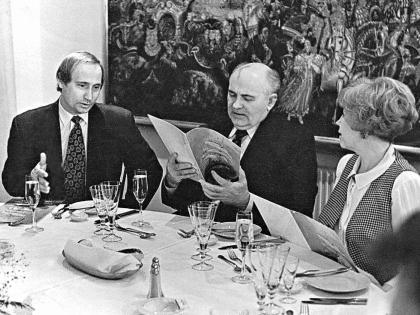 1994 год. Будущий и бывший президенты, а также Раиса Максимовна перед ужином в ресторане пятизвездочного отеля в центре Петербурга Архив Бесика Пипия