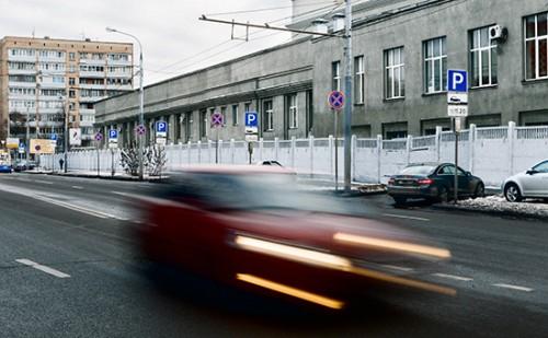 Вместе с расширением платной парковки в центральной части Москвы была существенно изменена схема организации дорожного движения, на улицах резко увеличилось количество дорожных знаков Фото: Антон Беркасов для РБК