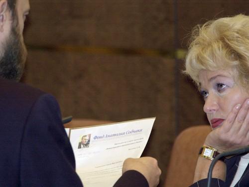 Сенаторы от Тувы Сергей Пугачев и вдова Анаталия Собчака Людмила Нарусова на пленарном заседании Совета Федерации, 2002 год