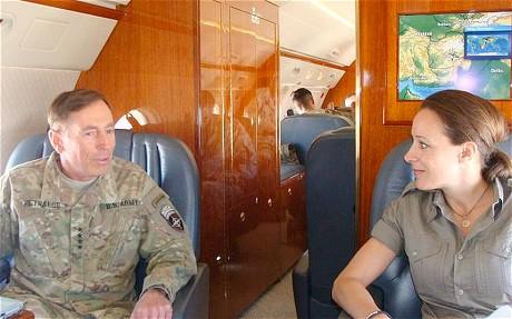 Генерал Дэвид Петреус и журналистка Пола Бродуэлл (фото: Reuters)