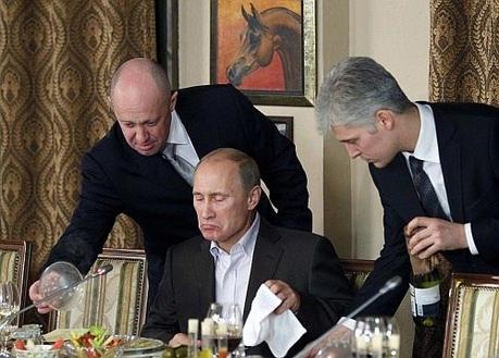 Говорят, что знакомство Владимира Путина с будущим ресторатором состоялось еще в начале 90-х годов, когда будущий президент в мэрии Санкт-Петербурга курировал игорный бизнес, а Пригожин с партнерами организовывал первые казино.