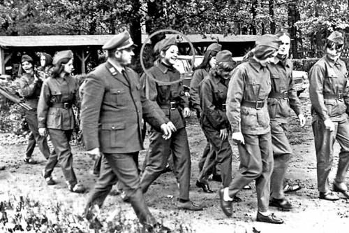 АнгелаМеркель, в девичестве Каснер, шагает в военной форме рядом с офицером армии ГДР. Фото датируется 1972 годом, когда будущему канцлеру Германии было 17 лет