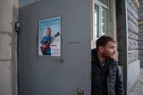 «…прямо над релакс-центром, на первом этаже здания, работает детская музыкальная школа…»