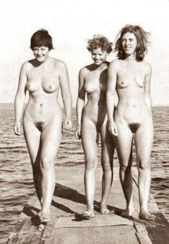 Ангела Меркель (слева) в молодости была нудисткой. Фото Facebook пользователь Stefanos Theofanakis.