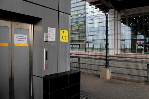Построенный к Олимпиаде Адлерский вокзал. Лифт не работает, с платформы на второй этаж к кассам нужно подниматься по крутой лестнице. После Паралимпиады, рассказывают сочинцы, выключили все подъемники и в подземных переходах.
