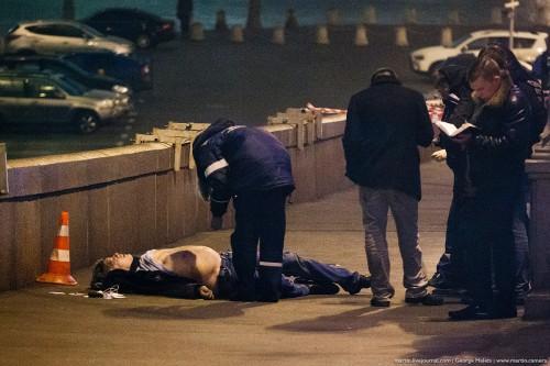 Место убийства и тело Бориса Немцова на Большом каменном мосту в Москве. 28 февраля 2015 года. Фото: cont.ws
