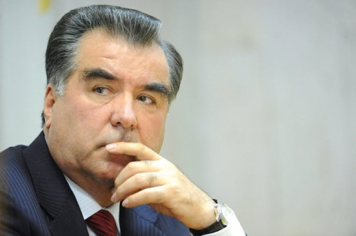 Таджикский президент Эмомали Рахмон упал на колени перед Путиным, чтобы тот помог ему убрать всех, кто угрожает нынешнему режиму в Душанбе
