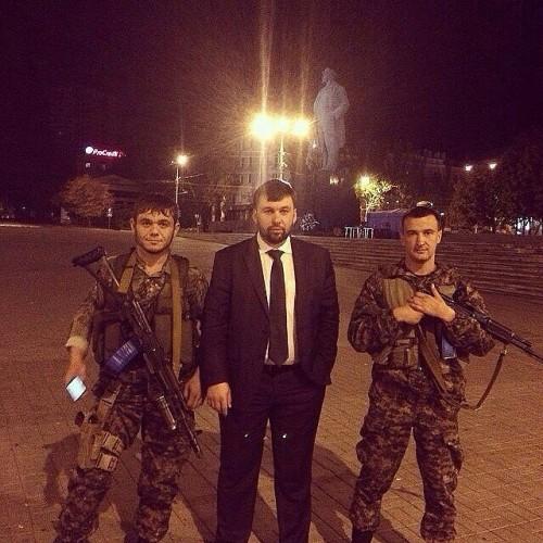 Рустам, погибший под Дебальцовом (слева), вместе с функционером «ДНР» Денисом Пушилиным