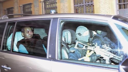 Казахстанского оппозиционного политика и бывшего банкира Мухтара Аблязова везут под усиленной охраной на суд во французском городе Лионе. 17 октября 2014 года.
