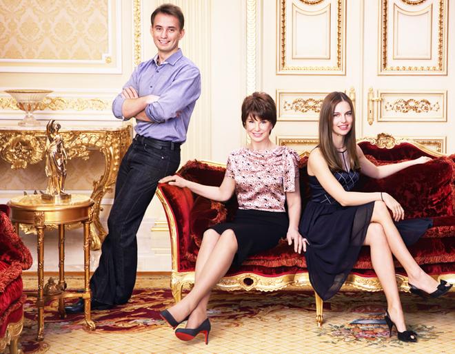 Наталия Потанина с сыном Иваном и невесткой Яной в гостиной дома в Немчинове