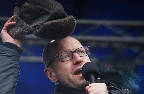 Арсений Яценюк призывает участников майдана верить в том, что все их требования будут выполнены, что в итоге до сих пор не выполнено. Февраль 2014 года. Фото: Интерфакс