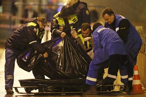 Судмедэксперты грузят тело Бориса Немцова в машину, для посмертной экспертизы. Фото: Итар-Тасс